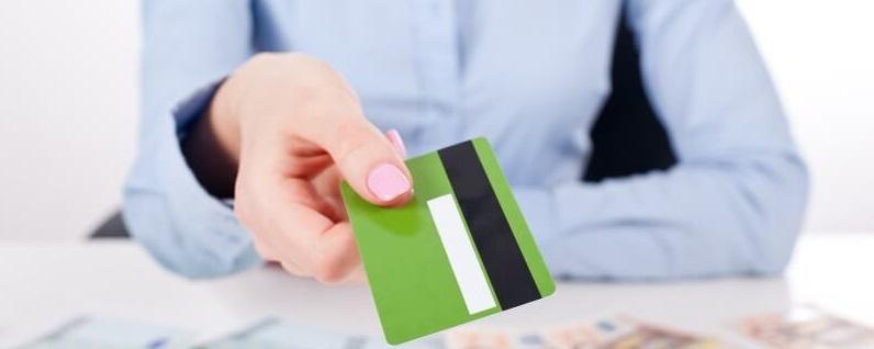 Сотрудник банка протягивает банковскую карточку