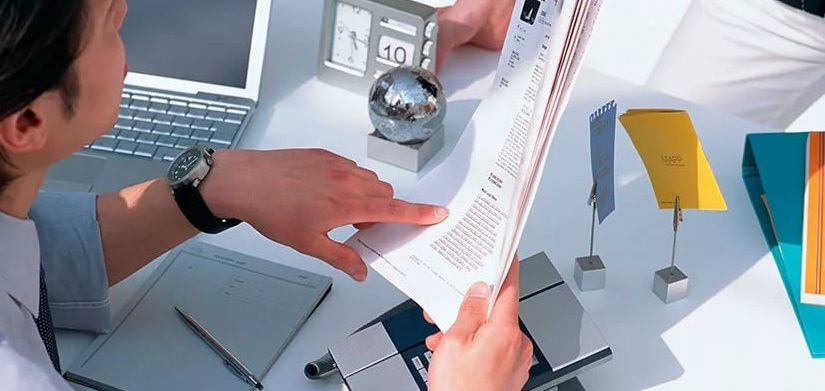 Сотрудник банка анализирует кредитую историю клиента