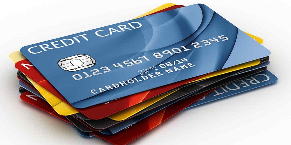 Кредитные карты лежат стопкой на столе