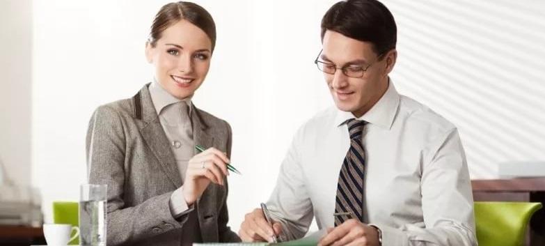Банковский сотрудник работает с клиентом
