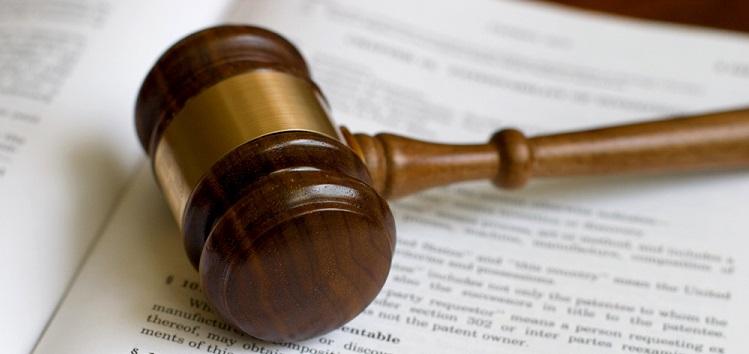 Молоток судьи на судебных документах