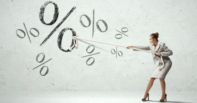 Женщина веревкой тянет проценты вниз