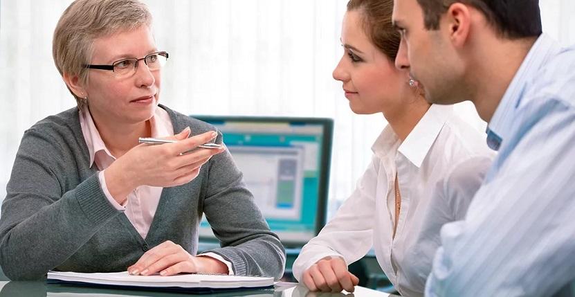 Специалист банка анкетирует заемщиков