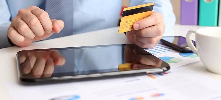 Мужчина оплачивает покупки картой через интернет