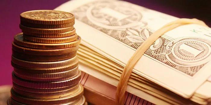Железные и бумажные деньги стопкой