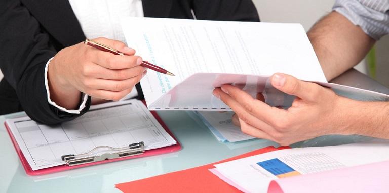 Клиент сверяет с представителем банка список необходимой документации для оформления кредита