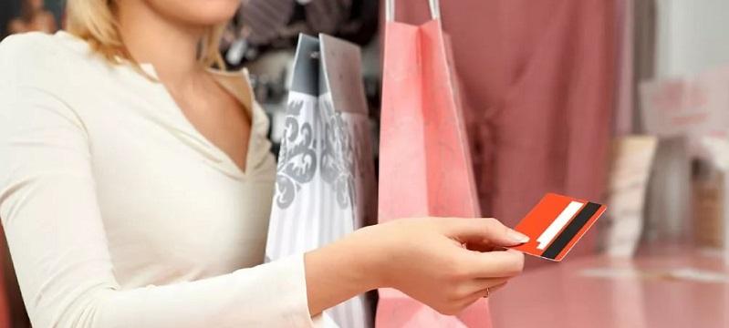 Женщина расплачивается за покупки картой