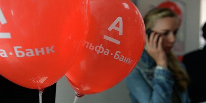 Красные шарики в офисе с логотипом банка