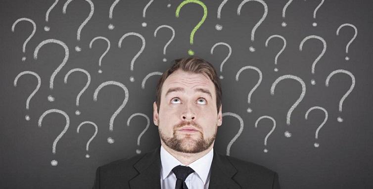 Нарисованные мелом вопросы над головой у человека