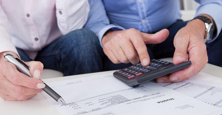 Супружеская пара изучает присланные просроченные счета
