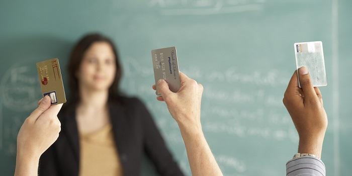 Три кредитных карты в вытянутых руках
