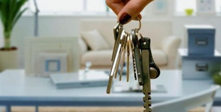 Связка ключей на фоне интерьера квартиры
