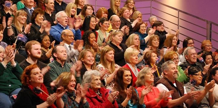 Люди сидят на ток-шоу в массовке
