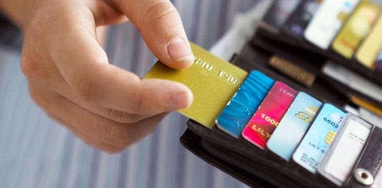 Карточки разных банков в портмоне