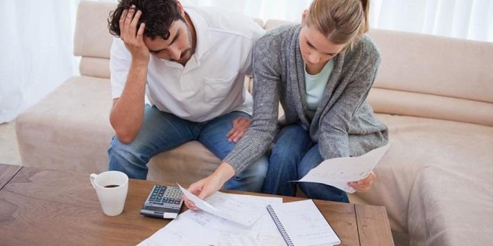 Муж и жена разбирают неоплаченные счета