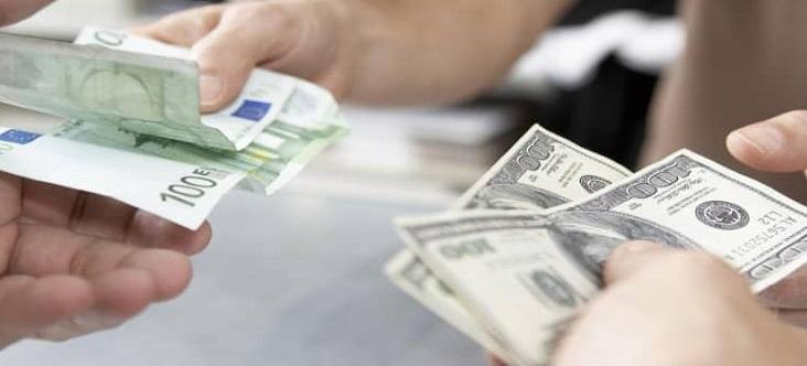Передают деньги из рук в руки