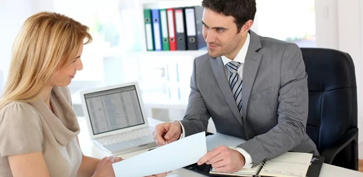 Клиент и специалист оформляют документы