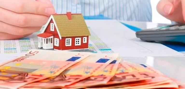 Домик в миниатюре и денежные купюры
