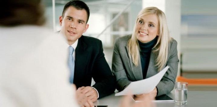 Клиенты общаются с представителем банка