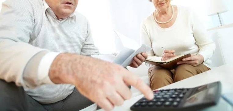 Пожилые люди рассчитывают проценты