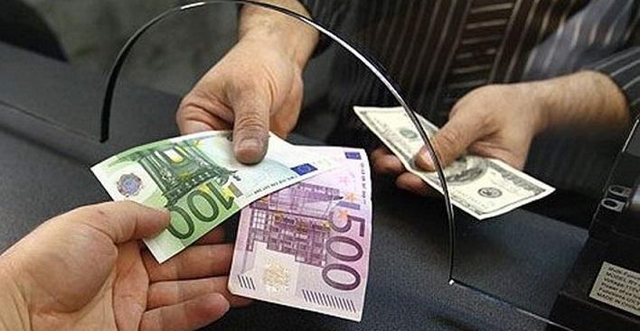 Клиент обменивает евро и доллары в кассе