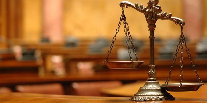 Весы правосудия на столе в судебном зале заседаний