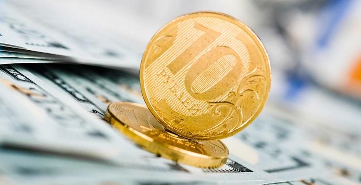 10 рублей на фоне стодолларовых купюр