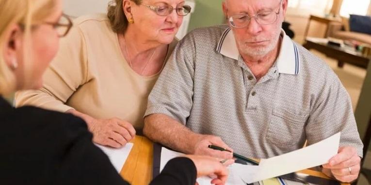 Заемщики преклонного возраста изучают условия договора