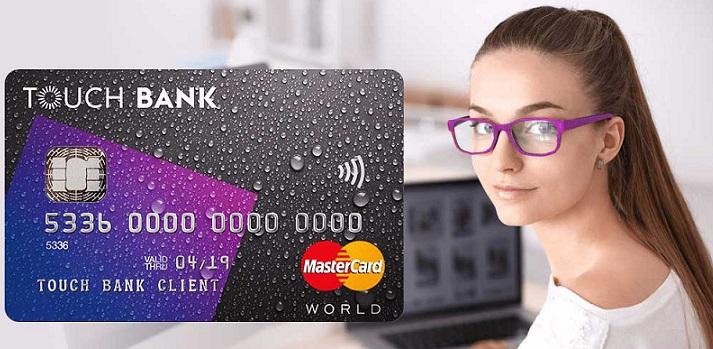 Кредитная карта Touch Bank на фоне девушки за компьютером