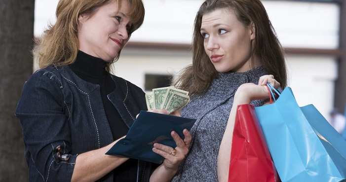 Девушка занимает деньги у своей знакомой