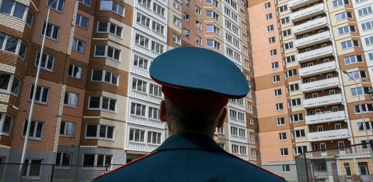 Военнослужащий на фоне новостройки