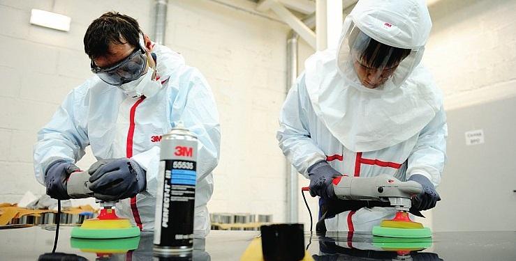 Два рабочих выполняют работы повышенного класса опасности