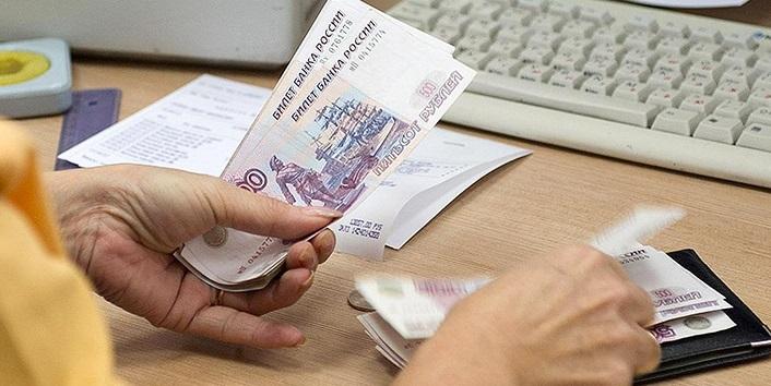 Бухгалтер пересчитывает денежные средства перед выдачей зарплаты