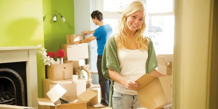 Семейная пара распаковывает вещи в новой квартире