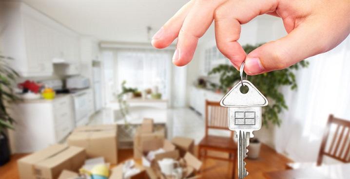 Ключи в руках на фоне сдаваемой в аренду квартиры
