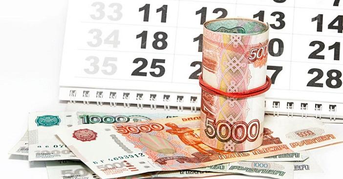 Тысячные и пятитысячные банкноты на фоне календаря, символизирующие ежемесячные платежи
