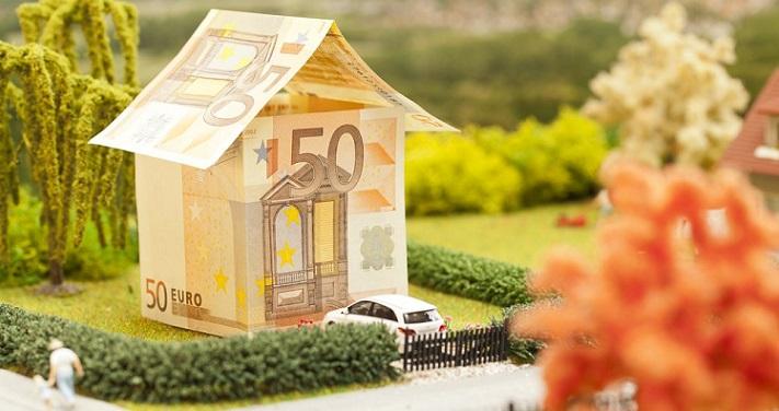 Домик, построенный из евро купюр