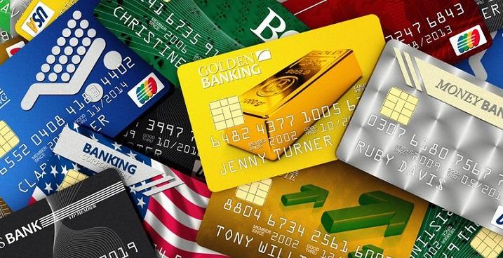 Разноцветные пластиковые карточки лежат вразброс друг на друге