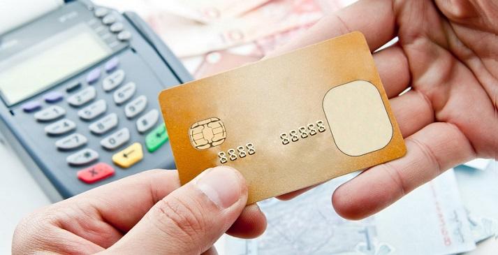 Человек собирается совершить безналичный расчет по кредитке