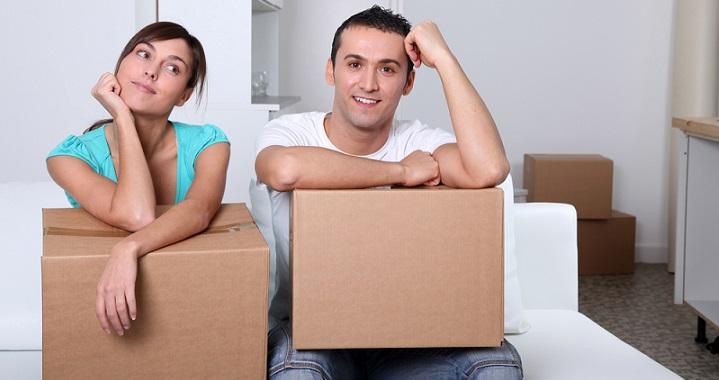 Парень с девушкой счастливы в связи с переездом