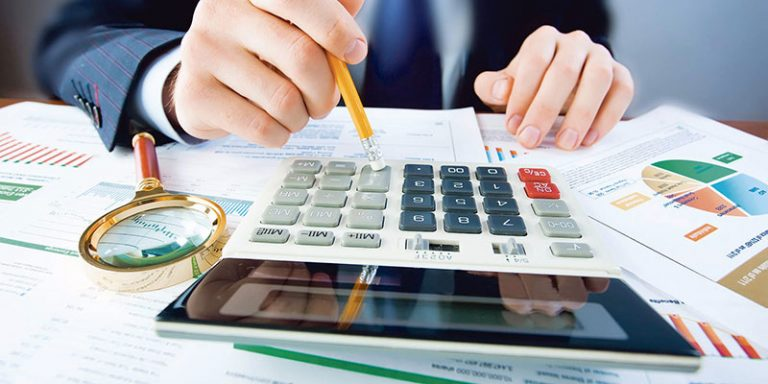 Мужчина высчитывает на калькуляторе образовавшуюся задолженность