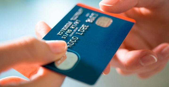 Из рук в руки передают синюю кредитную карту