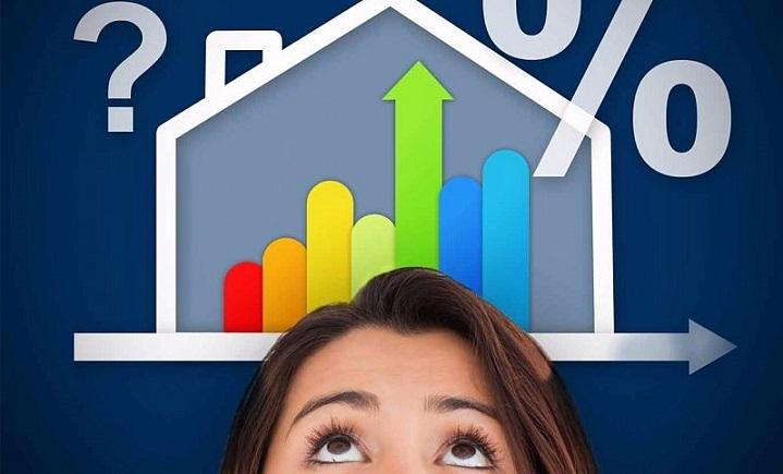 Девушка смотрит на схематичный дом со ставками и процентами