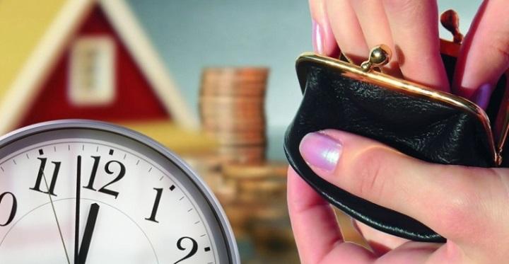Часы на фоне залогового имущества и кошелька в женских руках