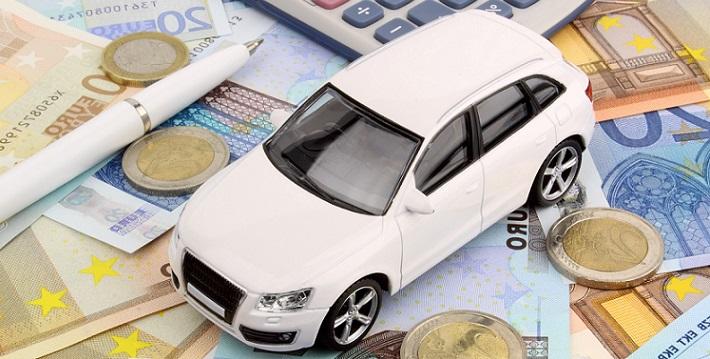 Внедорожник в миниатюре на денежных купюрах