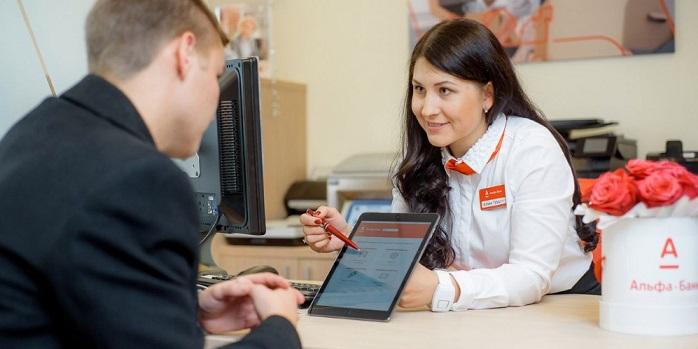Специалист по автокредитованию Альфа-Банка консультирует клиента