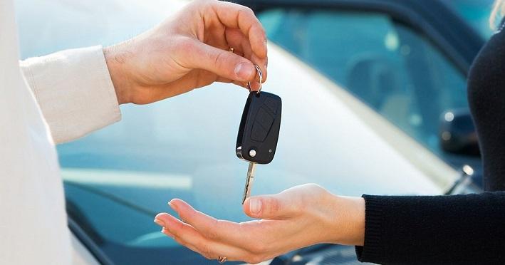 Мужчина передает женщине ключи от авто
