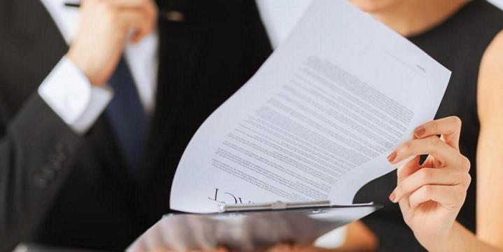 Женщина изучает договор перед подписанием