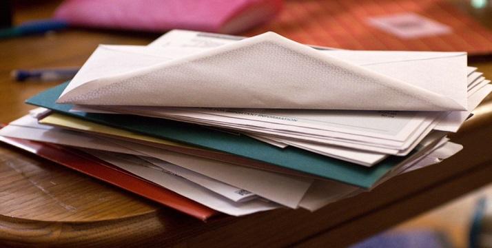 Стопка документов на столе