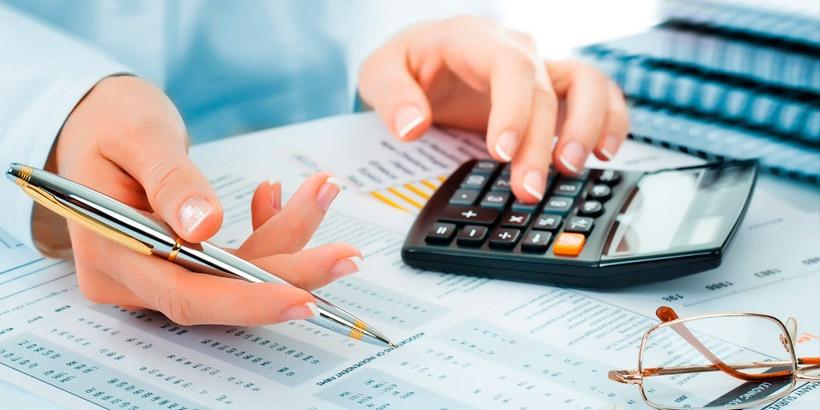 Девушка-предприниматель изучает предложения на рынке с калькулятором в руке